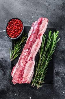 Rauw rundvlees korte ribben kalbi op marmeren bord