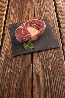 Rauw rundvlees schacht voor pot au feu op een houten tafel