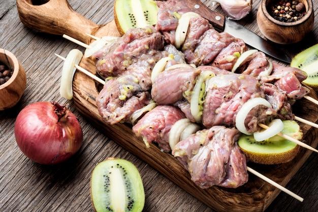 Rauw rundvlees shish kebab op spiesjes