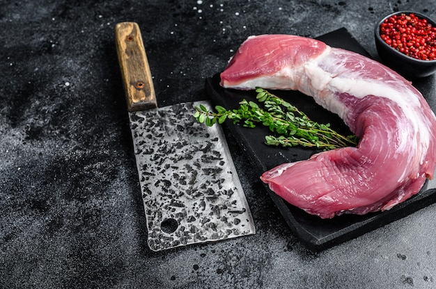 Rauw varkenshaas vlees op een marmeren bord. bovenaanzicht.