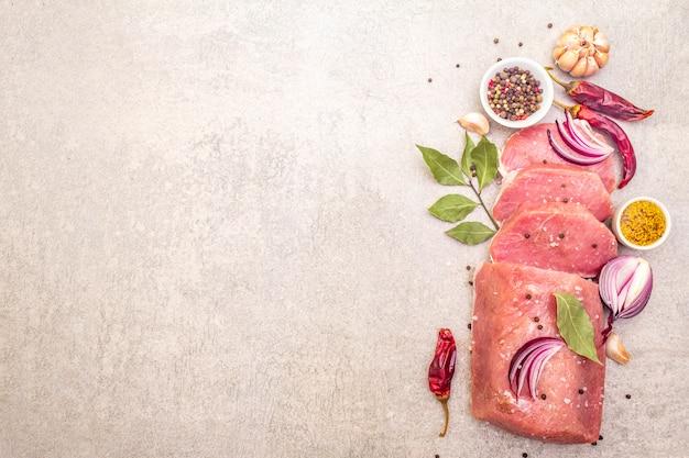 Rauw varkenshaasje met groenten en kruiden