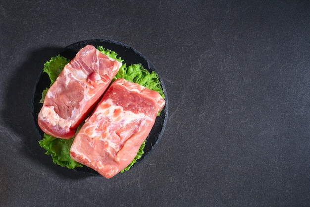 Rauw varkensvlees lendenen varkensvlees op tafel