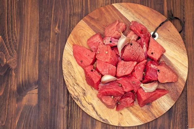 Rauw varkensvlees op een houten bord