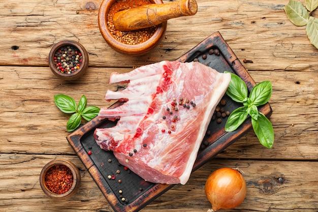 Rauw varkensvlees op snijplank
