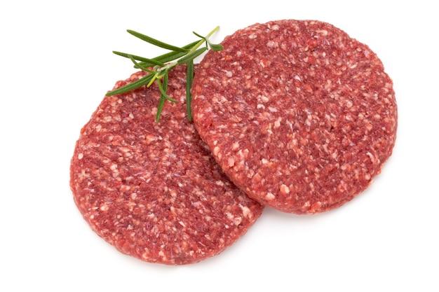 Rauw vers hamburgervlees dat op wit wordt geïsoleerd.