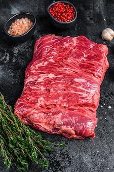 Rauw vers marmer rundvlees borstvlees met kruiden