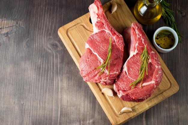 Rauw vers vlees met rozemarijn