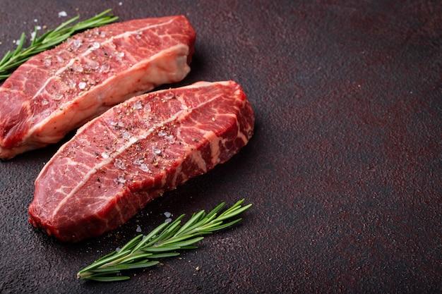 Rauw vers vlees top blade steaks.