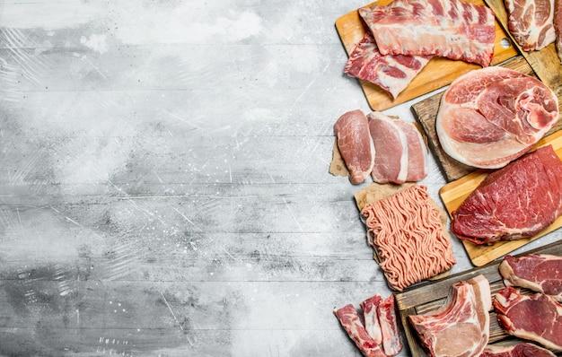 Rauw vlees. de verschillende soorten vlees van varkensvlees en rundvlees. op een rustiek.