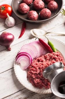 Rauw vlees en gehaktballetjes op de pan