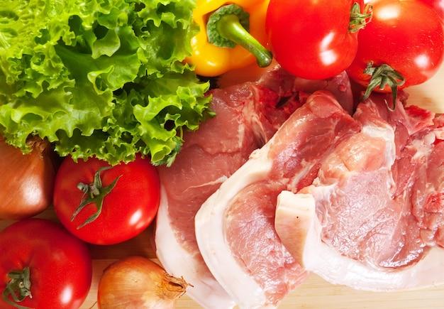 Rauw vlees en groenten