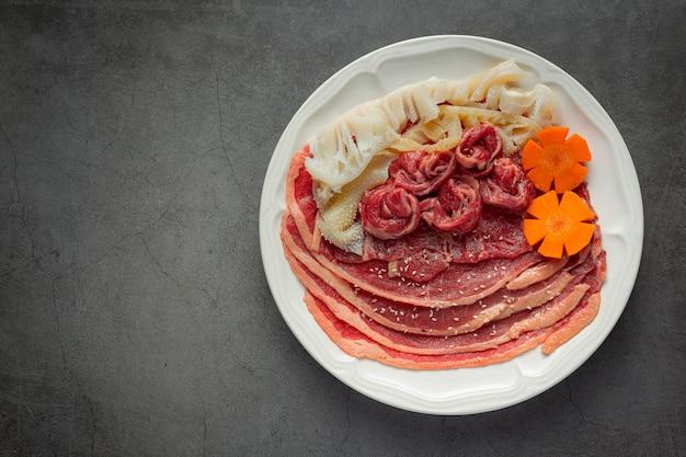 Rauw vlees in witte plaat voor hot pot shabu-menu