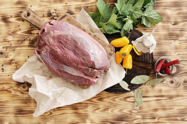 Rauw vlees met ingrediënten voor het koken van maaltijd