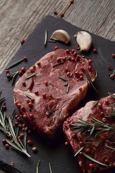 Rauw vlees met kruiden en specerijen