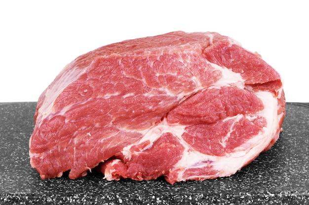 Rauw vlees op een snijplank.