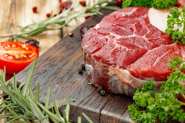 Rauw vlees segment voor grill met kruiden