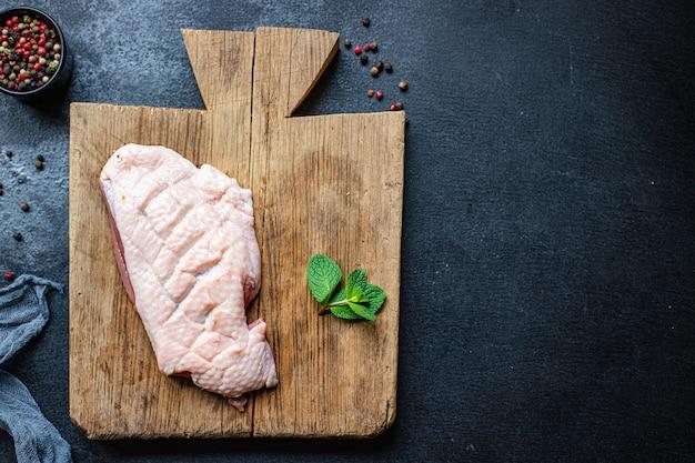 Rauw vlees van eendenborst, gevogelte en kruiden ingrediënt voor het koken van vers barbecue grill