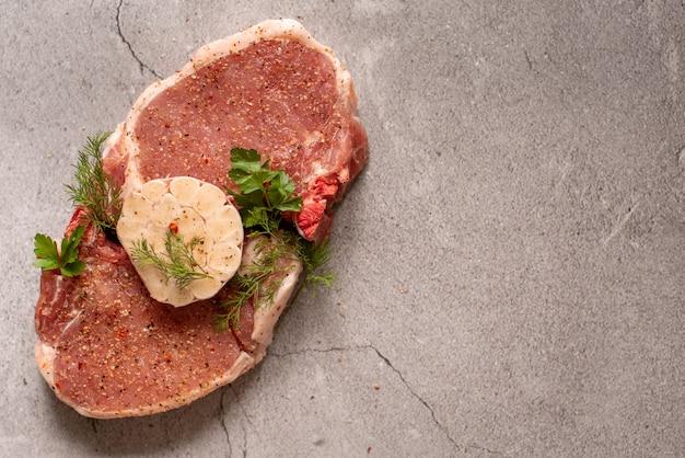 Rauw vlees. varkensvleesbiefstuk met dille in een plaat