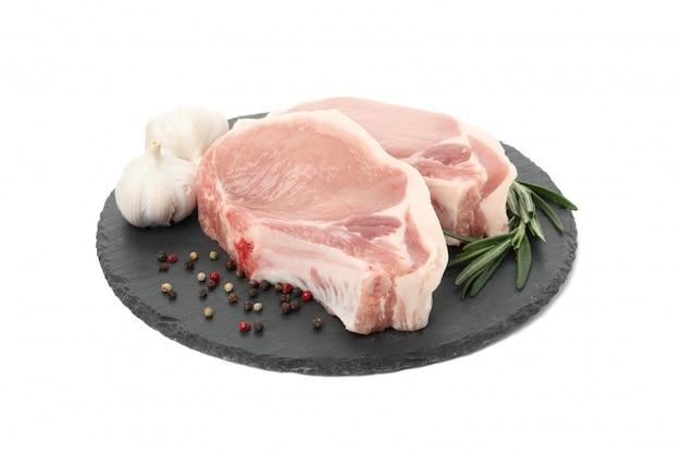 Rauw vlees voor biefstuk en ingrediënten geïsoleerd op een witte achtergrond