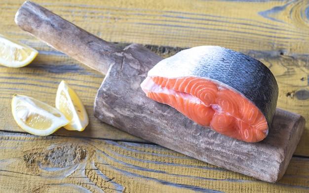 Rauw zalmlapje vlees op het houten bord