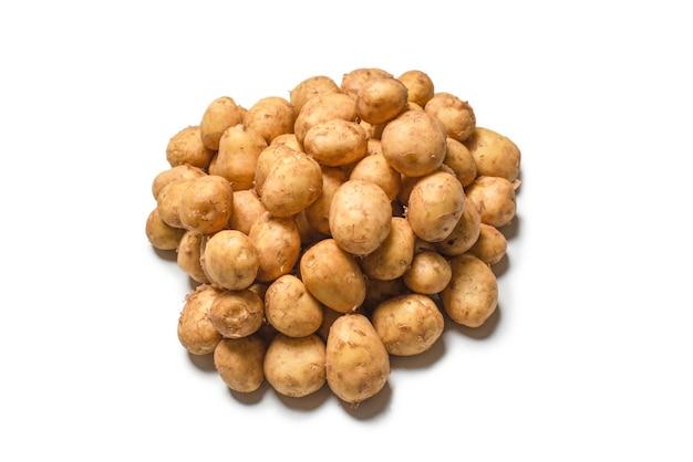 Rauwe aardappel geïsoleerd op een wit oppervlak. bovenaanzicht.