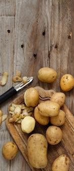 Rauwe aardappelen met een dunschiller bovenaanzicht