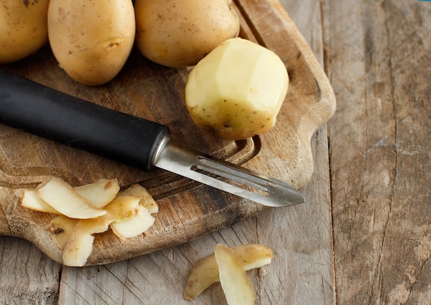 Rauwe aardappelen met een dunschiller close-up