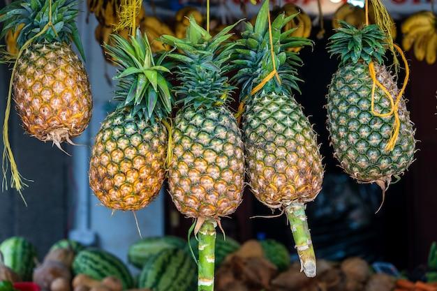 Rauwe ananassen worden verkocht op een lokale straatvoedselmarkt op het eiland zanzibar, tanzania, afrika