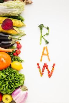 Rauwe belettering gemaakt van groenten