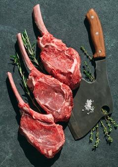 Rauwe biefstuk met een vleesmes op donkere steen.