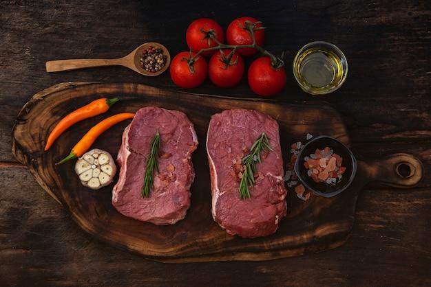 Rauwe biefstuk met kruiden en ingrediënten voor het koken