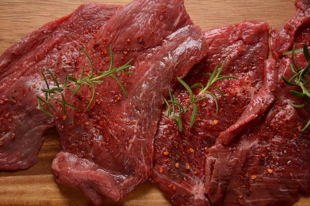 Rauwe biefstuk met kruiden en rozemarijn.