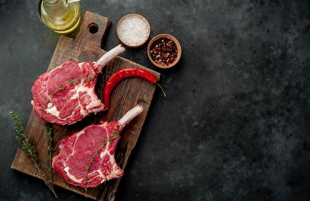 Rauwe biefstuk met kruiden, kopie ruimte