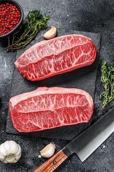 Rauwe biefstuk met topblad, droog gerijpt op een stenen bord.
