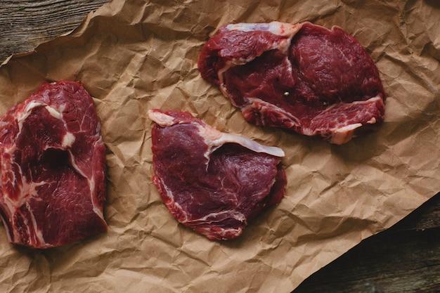 Rauwe biefstuk op pakpapier