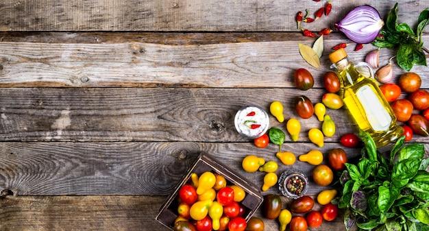 Rauwe biologische groenten met verse ingrediënten voor gezond koken