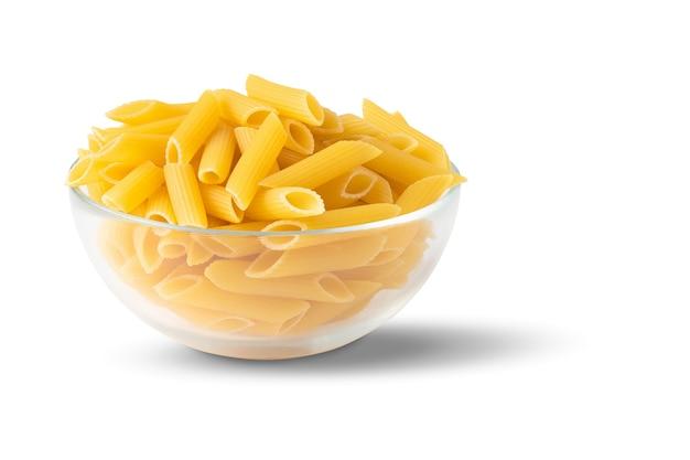 Rauwe biologische pasta in een glazen kom geïsoleerd op een witte achtergrond