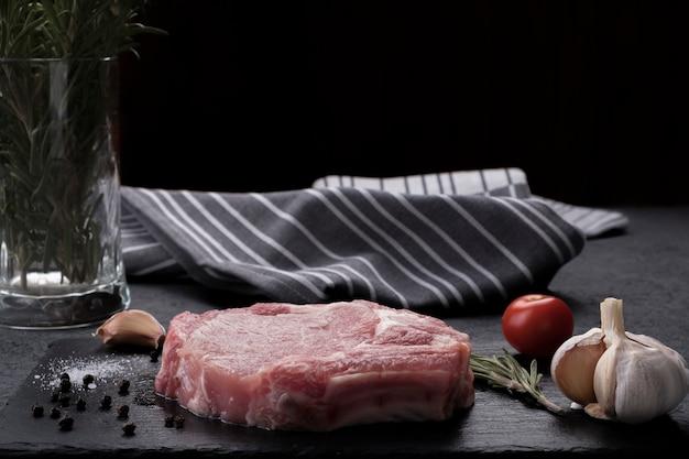 Rauwe bone steak.