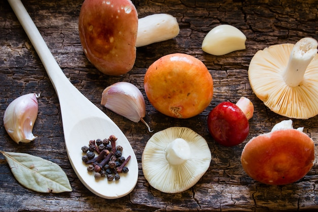 Rauwe champignons, lepel met kruiden, laurier, knoflook