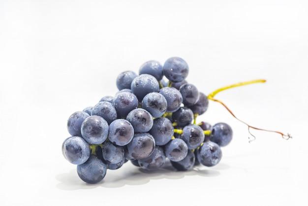 Rauwe donkere druiven geïsoleerd
