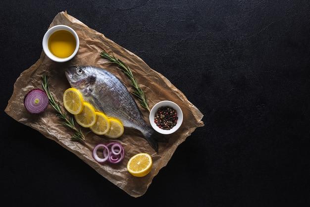 Rauwe dorado-vis bereid om te koken op een zwarte achtergrond bovenaanzicht ruimte kopiëren
