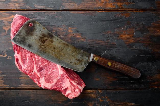Rauwe, droge gerijpte kobe entrecote steak set, op een oude donkere houten tafel tafel, bovenaanzicht plat lag