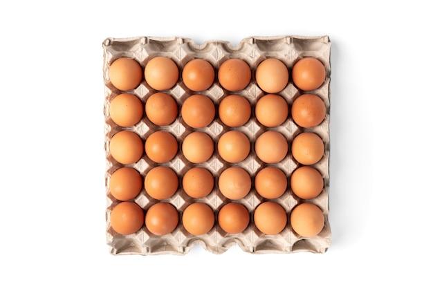 Rauwe eieren in de lade geïsoleerd op een witte achtergrond.