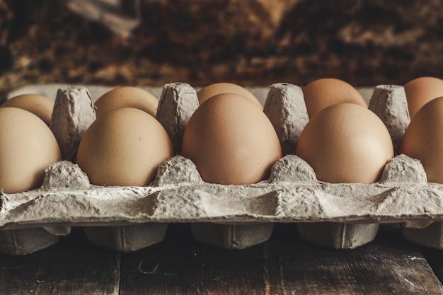 Rauwe eieren in een kartonnen doos