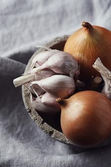 Rauwe en snijdende uien en knoflook