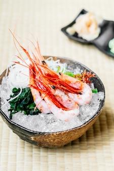 Rauwe en verse garnalen of garnalensashimi