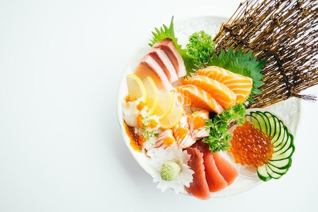 Rauwe en verse gemengde sashimi met zalm, tonijn, hamaji en andere