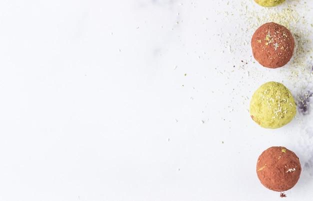 Rauwe energieballetjes met matcha theepoeder, cacaopoeder en kokosvlokken