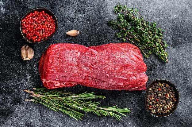 Rauwe filet ossenhaas rundvlees voor steaks met tijm en rozemarijn