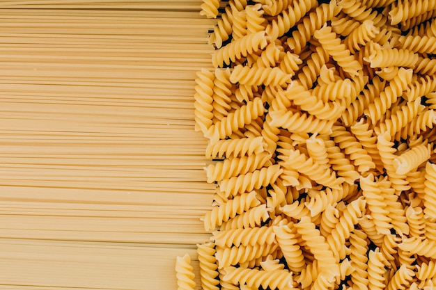 Rauwe fusilli en macaroni bovenaanzicht